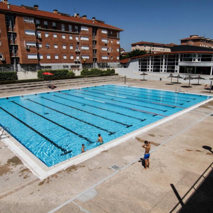 primer ba o de la temporada de verano a las piscinas